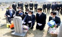 더불어민주당 4.15 총선 당선인들, 세월호 순직 교사 묘역 참배